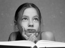 öppen bokflicka Fotografering för Bildbyråer