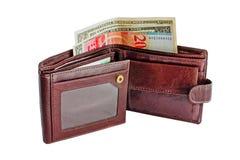 Öppen brun läderplånbok med pengar som isoleras på vit bakgrund royaltyfria foton