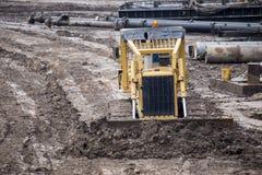 Öppen byggnationplats med för utrustningkonstruktion för tungt maskineri material royaltyfri bild