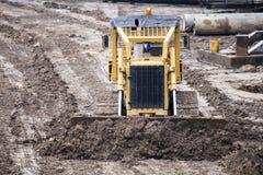 Öppen byggnationplats med för utrustningkonstruktion för tungt maskineri material arkivbild