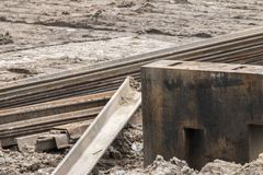 Öppen byggnationplats med för utrustningkonstruktion för tungt maskineri material arkivfoto