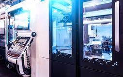Öppen cnc-maskin med knäppet och digitalt - kontrollerad modern cnc-drejbänk för panel i fabriken royaltyfri foto