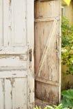 Öppen dörr av det gamla huset Arkivfoto