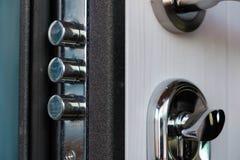 Öppen dörr av ett familjhem Närbild av låset med dina tangenter på en bepansrad dörr Säkerhet Nyckel- cylinder, slut upp Arkivbilder