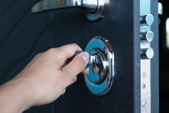 Öppen dörr av ett familjhem Närbild av låset med dina tangenter på en bepansrad dörr Säkerhet Nyckel- cylinder, slut upp Royaltyfria Bilder