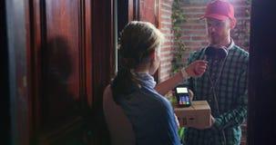 Öppen dörr för flicka och motta jordlotten för gåvaask från online-lager från kurir stock video