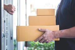 Öppen dörr för hem- ägare till anseendet för leveransman med jordlotter, i händer utomhus, hem- hemsändning och att arbeta med se arkivfoton