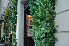Öppen dörr med den dekorerade julgranen Arkivfoto