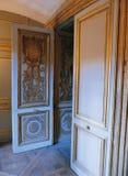 Öppen dörr på den Versailles slotten Arkivfoto