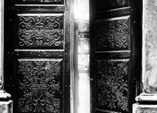 Öppen dörr som frestar för att gå inom Arkivbild