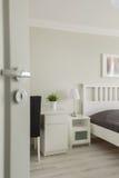 Öppen dörr till det hemtrevliga sovrummet arkivbilder