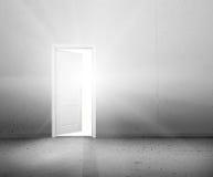 Öppen dörr till en ny bättre värld, solljuset som skiner till och med dörröppningen Arkivfoto