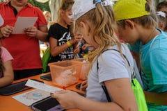 Öppen dag av Sberbank för barn artikulera Tyumen royaltyfri fotografi