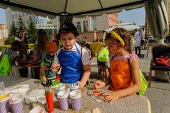Öppen dag av Sberbank för barn artikulera Tyumen royaltyfri foto