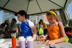 Öppen dag av Sberbank för barn artikulera Tyumen arkivbilder