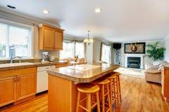 Öppen designidé för bo och kökrum med att äta middag område Arkivfoton
