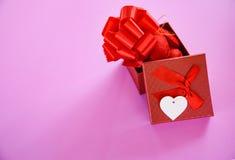 Öppen festival för ask för gåva för överraskning för dag för valentin för gåvaask röd för vän royaltyfri foto