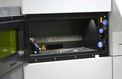 Öppen funktionsduglig kammare av en laser som sintrar maskinen för metall Arkivbild