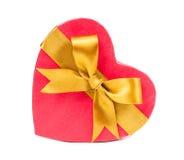 Öppen gåvaask i hjärtaform med pilbågen Arkivfoton