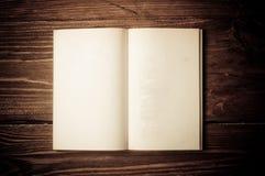 Öppen gammal bok Arkivbilder