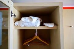 Öppen garderob med hängare i hotellrummet royaltyfri fotografi