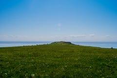 Öppen grön vidd till havet royaltyfri foto