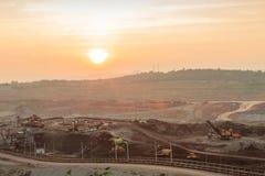 Öppen grop i solnedgång Arkivbilder