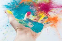 Öppen hand som färgas med Holi pulver Royaltyfri Bild