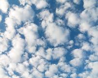 Öppen himmel med små moln i oktober arkivbild