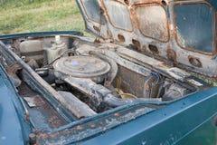 öppen huv av den gamla rostiga bilen Royaltyfria Foton