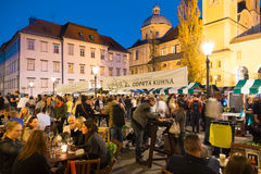 Öppen kitchenfoodmarknad i Ljubljana, Slovenien Arkivfoton