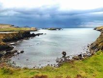 Öppen landskapsikt av den irländska kusten Arkivfoto
