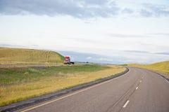 öppen lastbil för huvudväg arkivbild