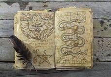Öppen magisk bok 2 Fotografering för Bildbyråer