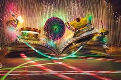 Öppen magisk bok, berättelser och bildande sväva för berättelser r Arkivfoto