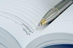 öppen penna för bokanmärkning Royaltyfria Bilder