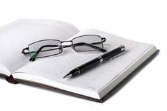 öppen penna för exponeringsglasanteckningsbok Arkivfoton