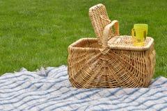 öppen picknick för korg Arkivbilder