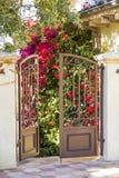 Öppen port, ingång till en trädgård arkivfoton