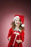öppen röd gåvaask för liten flicka Royaltyfri Foto