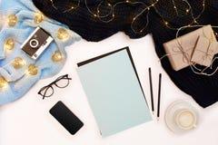 Öppen ren anteckningsbok för dina text, penna, gåvaaskar, halsduk och julljus på vit bakgrund, bästa sikt royaltyfria bilder