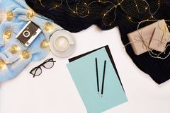 Öppen ren anteckningsbok för dina text, penna, gåvaaskar, halsduk och julljus på vit bakgrund, bästa sikt royaltyfri fotografi