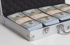 Öppen resväska med hundra buntar för dollarräkningar fotografering för bildbyråer