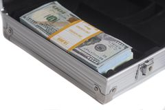 Öppen resväska med hundra dollarräkningar royaltyfria foton