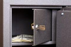 öppen safe för askdörr Arkivbild