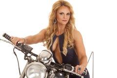 Öppen skjorta för mogen kvinna på motorcykeln royaltyfri foto