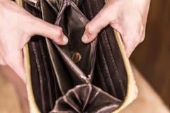 öppen tom handväska med ett mynt arkivfoton