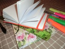 Öppen tom Notepad för modell, dagbok med pennan, blyertspenna, linjal, markörer och en inklusive ficklampa arkivbilder