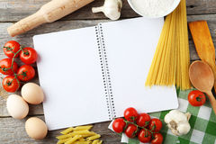 Öppen tom receptbok på grå träbakgrund Royaltyfria Bilder