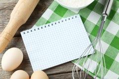 Öppen tom receptbok på grå träbakgrund Arkivfoto